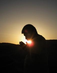 日出祈祷图片