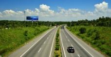 蓝天白云下的南北高速图片