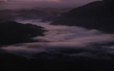 群山藏云图片