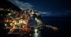 夜幕下海边的小城图片