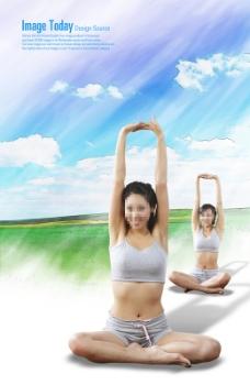 双手上举的两个瑜伽美女
